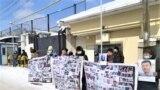 Шинжаңда абакта отурган туугандарын бошотууну талап кылган нааразылык чарасына чыккан казактар Кытайдын консулдугунун алдында. Алматы шаары. 2021-жылдын 26-февралы.