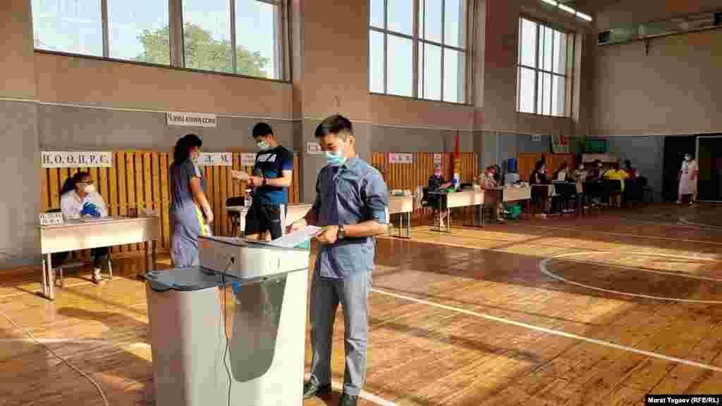 Добуш берүү эртең мененки саат 8:00дө башталды. Бишкек.