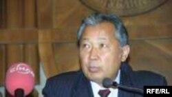 2004-жылдын 29-декабрында КЭКтин лидери Курманбек Бакиев жана бир катар оппозициялык кыймылдардын башчылары кызматташуу боюнча меморандумга кол койгон.