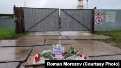 Народный мемориал на месте задержания Сергея Пахолкова