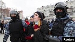 Түрмеде отырған оппозиционер Алексей Навальныйды қолдап қарсылық акциясына шыққандарды полиция көшеден ұстап, әкетіп барады. Мәскеу, Ресей, 31 қаңтар 2021 жыл.