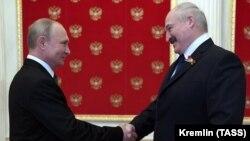 Владимир Путин бо Александр Лукашенко дар Кремл. Акс аз рӯзи 24-уми июни соли 2020