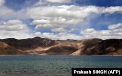 """Высокогорное озеро на """"Линии фактического контроля"""" в Ладакхе (Аксайчине). Вид с индийской стороны"""
