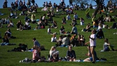 Olakšavanje restriktivnih mjera u Britaniji, londonski park Primrose Hill, 29. mart, 2021.