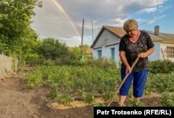 Жительница села Калачи Татьяна Шумилина ухаживает за огородом. Акмолинская область, 29 июля 2020 года.