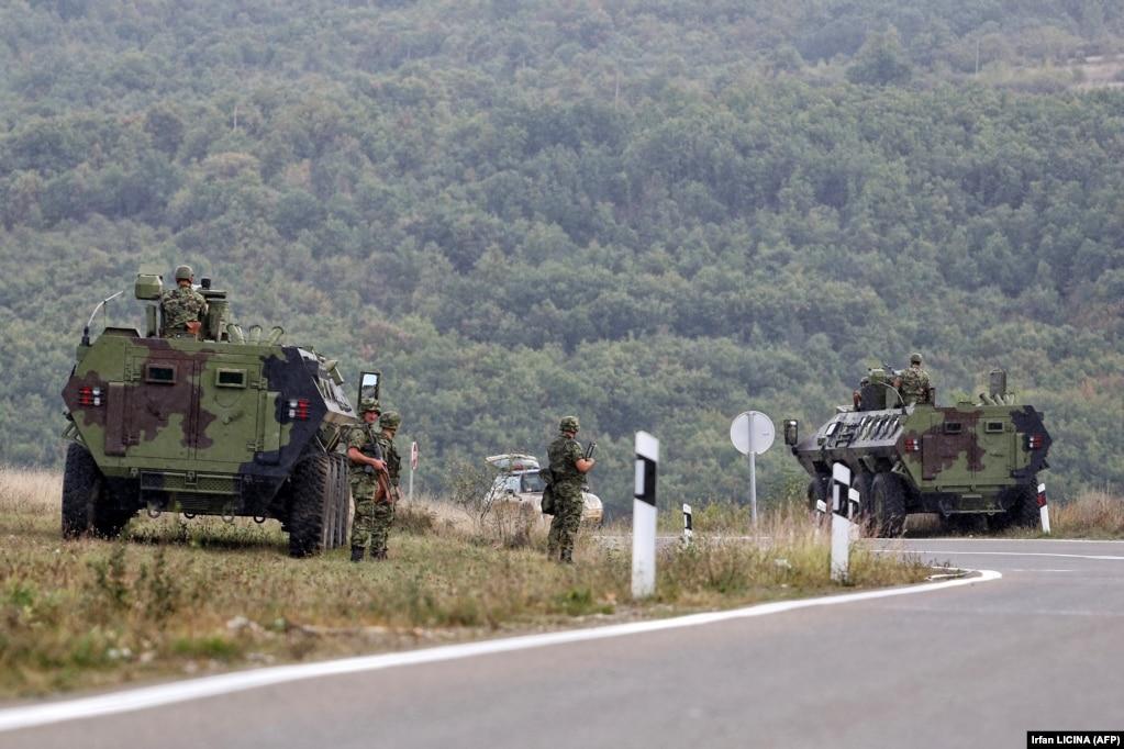 Pjesëtarë të ushtrisë serbe duke vëzhguar, në Rudnicë. (27 shtator)