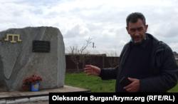 Селище Курман-Кемельчі. Заїр Смедля біля пам'ятника жертвам геноциду кримськотатарського народу