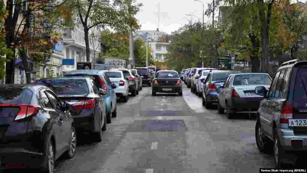 На вулиці Новоросійській утворився коридор з припаркованих по обидва боки дороги автомобілів