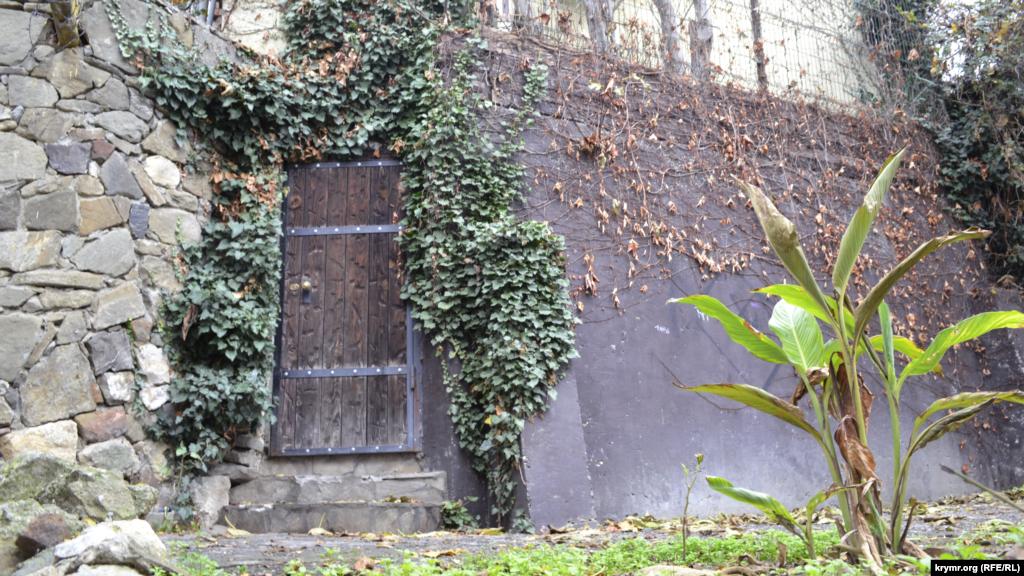 На вулиці Макаренка вузькі і круті сходинки ведуть до «таємничих» дверей в глухих стінах– стилістика архітектури тюркських народів. Більшу частину населення Дерекоя до депортації становили кримські татари
