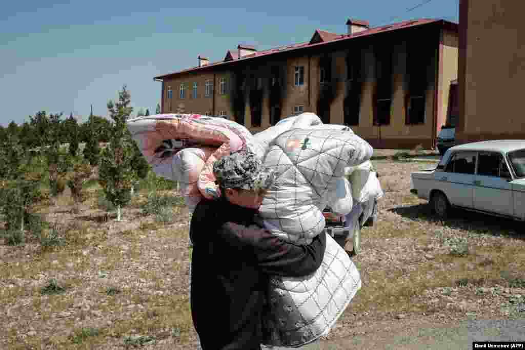 Қырғызстанның Баткен облысындағы Мақсат ауылындағы мына мектеп өртеніп кеткен. 2 мамыр 2021 жыл.