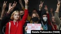 Після оголошення результатів голосування 9 серпня в Білорусі тривають масові протести і страйки з вимогою проведення нових, чесних виборів, а також відставки Олександра Лукашенка