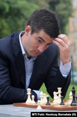 Kocsis Máté, Józsefváros akkori polgármestere sakkozik a megújult Teleki tér avatásán 2014-ben
