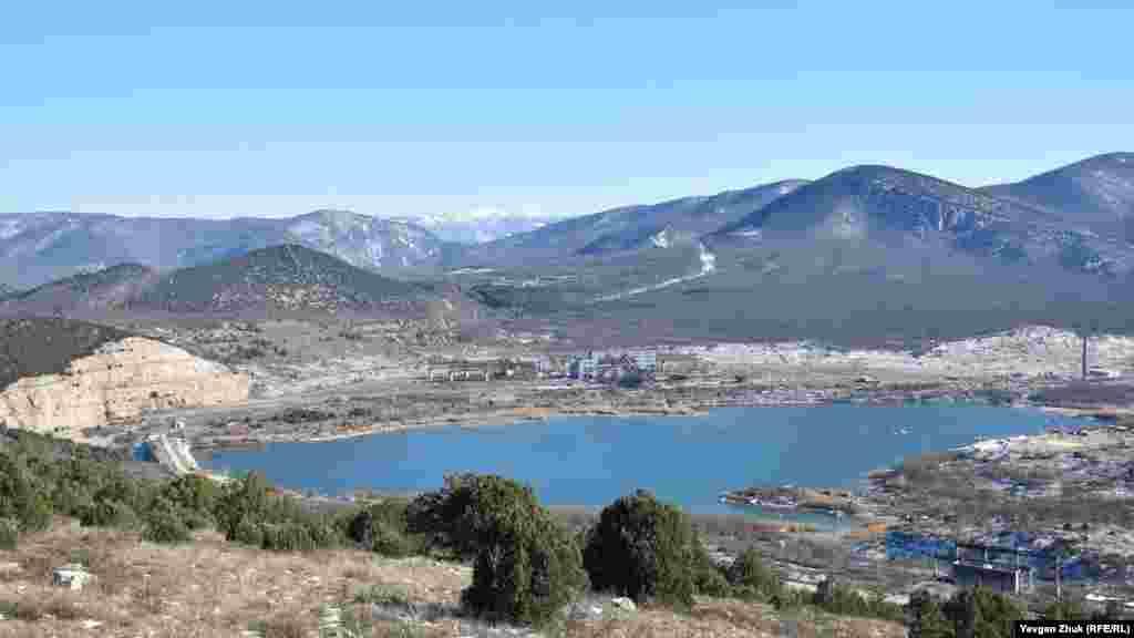 Общий вид озера у горы Гасфорта. Водоем с 1977 года первоначально функционировал как хранилище отходов от добычи флюсовых известняков Балаклавского рудоуправления. Но из-за протестов экологов дробильно-сортировочную фабрику в конце 1980-х закрыли. Хранилище постепенно заполнилось водой от подземных источников и дождевых стоков. Как озеро выглядело в середине декабря 2020 года, можно посмотреть в фотогалерее