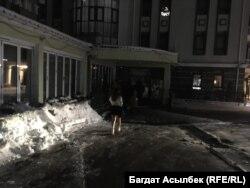 Девушка направляется в «закрытое» заведение. Алматы, 27 февраля 2021 года.