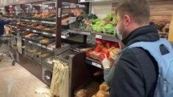 Silviu Roșu merge singur la cumpărături și este ajutat de angajați pentru a-și găsi produsele de care are nevoie