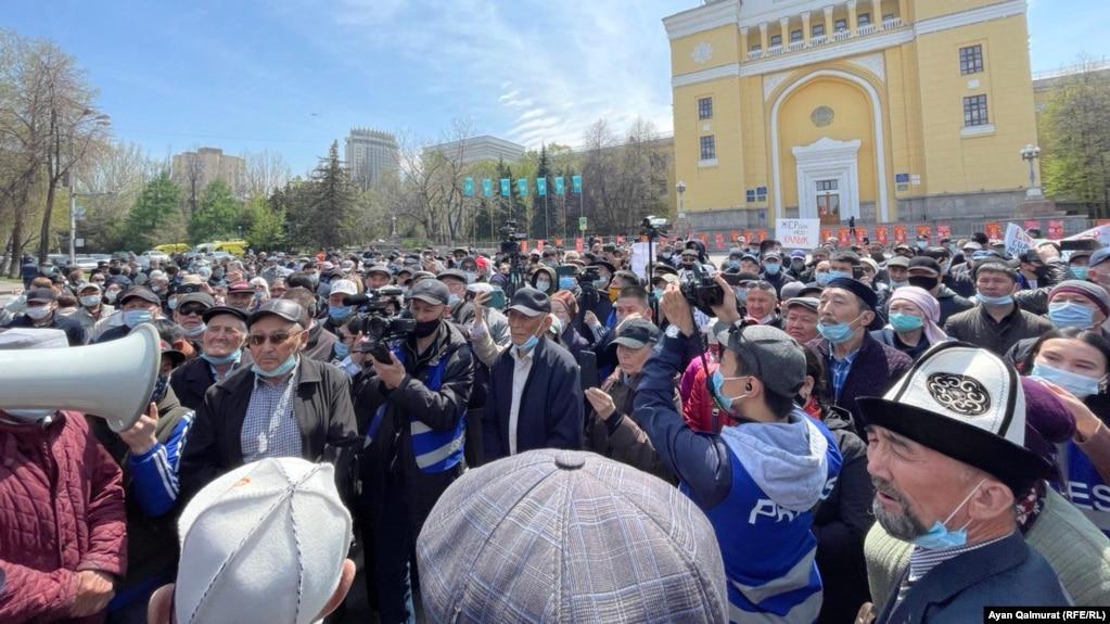 ВИДЕО! На митинге в Алматы требуют остановить рассмотрение проекта о земле. Звучат лозунги «Назарбаев, кет!»