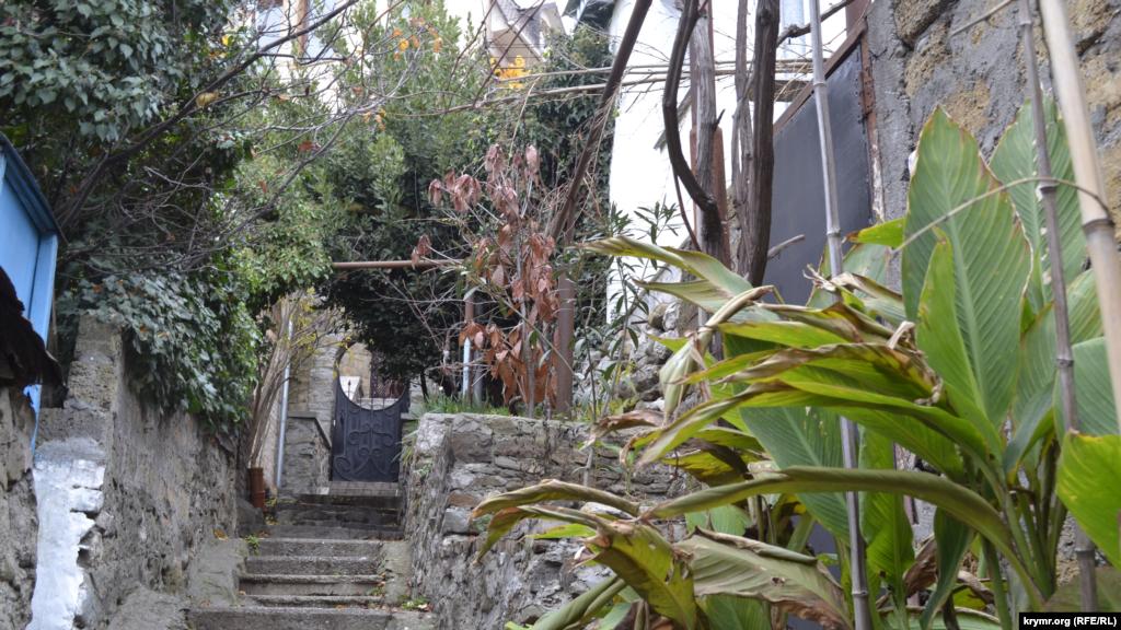 Многие переулки с лесенками заканчиваются тупиками, поскольку изначально вели к одному дому, а уже потом обросли строениями по обочинам