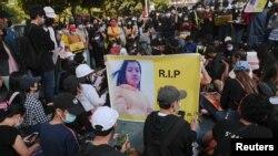A megölt tiltakozóra emléketnek Mianmarban 2021. február 20-án.
