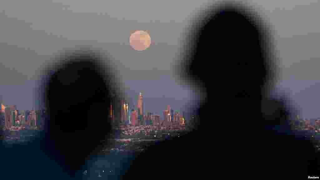 Наблюдатели суперлуния над Нью-Йорком