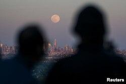 Szuperhold New Jersey-ből fényképezve. Egyszer majd bányászni fogunk a Holdon? De ki határozza meg, hogy kié az ásványkincs?