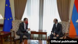 Министр иностранных дел Армении Арарат Мирзоян (справа) и спецпредставитель ЕС на Южном Кавказе и по кризису в Грузии Тойво Клаар, Ереван, 13 сентября 2021 г.