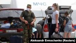 На блокпосту бойовиків Оленівка люди прямують на підконтрольну Україні територію, 25 червня 2020 року