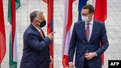 Премиерите на Унгария Виктор Орбан (вляво) и на Полша Матеуш Моравецки