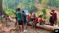 Мьянма шимолидаги жанговар ҳаракатлардан қочиб, ўрмонда жон сақлаётган маҳаллий аҳоли вакиллари, 2021 йил апрели
