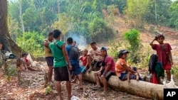Беженцы, покинувшие районы боев, временно живут в джунглях. Мьянма, архивное фото.