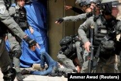 پلیس اسرائیل یک فلسطینی را در طی درگیری در این مجموعه که مسجد الاقصی واقع در شهر قدیم اورشلیم است ، در 10 مه 2021 بازداشت کرد.