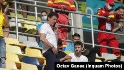 """""""Dacă nu mai suportă ce e în tribune, atunci să nu mai facă sport de performanţă"""", spune Gică Popescu. (Foto: 21 iunie, meciul Ucraina - Austria pe Arena Națională)"""
