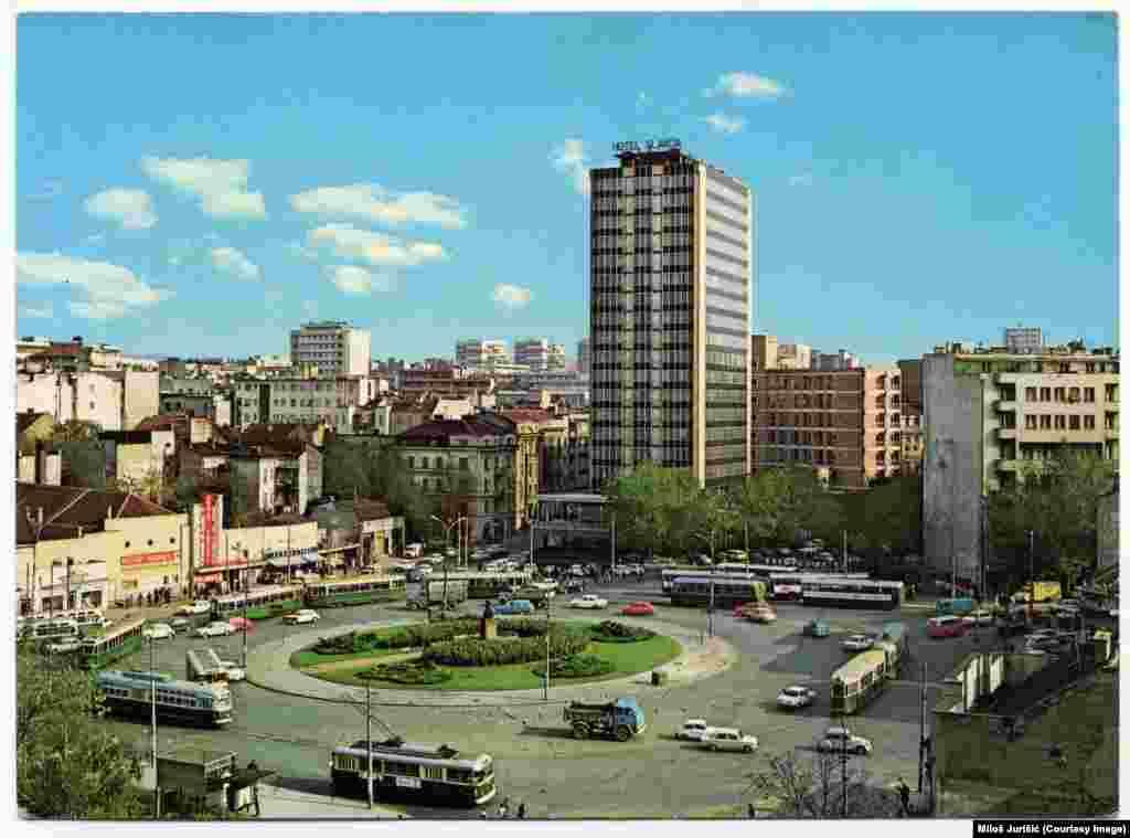 Trg Slavija oko 1975. godine. Centralni deo trga, kružni tok, koji je i danas jedna od glavnih beogradskih saobraćajnica, najveću promenu doživeo je 2017. kada je na mestu gde je bila bista srpskog socijaldemokrate sa početka dvadesetog veka Dimitrija Tucovića izgrađena muzička fontana.