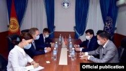 ЕККУ/БДПИЧ жетекчиси Томас Безеруп (ортодо) баштаган өкүлдөрү менен Кыргызстандын тышкы иштер министринин орун басары Азизбек Мадмаров (ондон экинчи) жетектеген топтун жолугушуусу. 4-сентябрь, 2020-жыл.