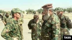 Полковник Виктор Крюков (слева), исполняющий обязанности командира 201-й российской дивизии, дислоцированной в Таджикистане в составе миротворческих сил СНГ, Душанбе, 26 сентября 1998 года.