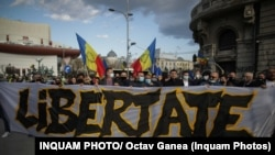 """În Piața Univeristății, protestatarii au un banner pe care scrie """"Libertate"""""""