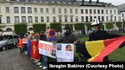 Кыргызстанцы на акции у здания Европарламента. 8 мая 2021 года.