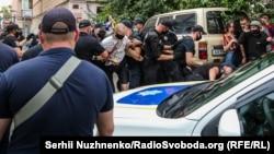 Олександр Кольченко (в центрі) під час затримання, Київ, 10 серпня 2020 року