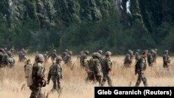 Soldații georgieni părăsesc o bază militară, după ce Rusia a bombardat localitatea Gori, aflată la 80 km de Tbilisi, pe 9 august 2008.