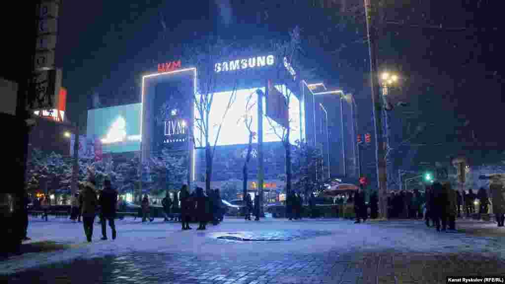 Снегопад создал праздничное настроение в Бишкеке.