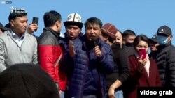 Жанарбек Акаев (ортодо) Ала-Тоо аянтындагы митингде сүйлөп жаткан учуру. Бишкек шаары. 7-октябрь, 2020-жыл.