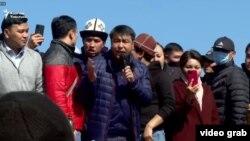 Жанар Акаев на митинге в Бишкеке. 7 октября 2020 года.