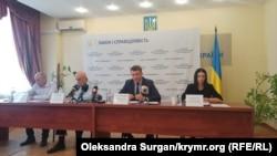 Игорь Поночовный (по центру справа), брифинг по теме незаконного перемещения крымских заключенных на территорию Росии, 18 августа 2021 года