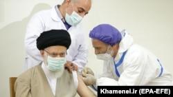 Верховный лидер ИранаАятолла Али Хаменеи прививается первой дозой отечественной вакцины