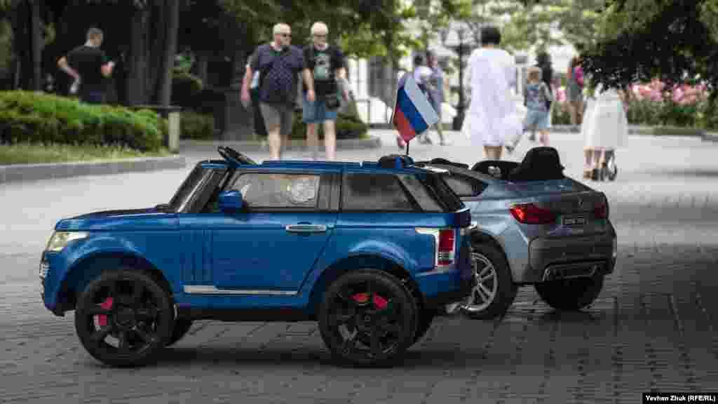 Автомобілі чекають своїх маленьких водіїв