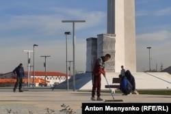 Вокруг памятника еще не завершились строительные работы