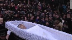 Сотні людей не встигли попрощатися з Нємцовим
