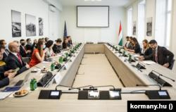 Varga Juditékat hallgatja meg az EU-s tényfeltáró delegáció 2021. szeptember 30-án.