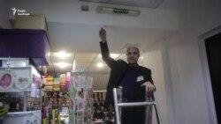 Охоронець Юра вмикає лампу
