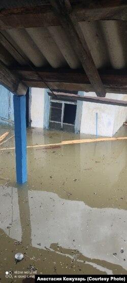 Затопленный дом по улице Красноармейская в городе Абаза в Хакасии