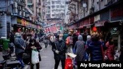 Люди на улице в Ухане, городе в Китае, где, по официальным данным, в конце 2019 года были зарегистрированы первые случаи заражения коронавирусом. 7 декабря 2020 года.